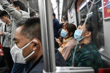 Ludzie w maskach w metrze w chińskim Guangzhou