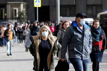 Ludzie w maszeczkach, koronawirus, zdj. ilustracyjne