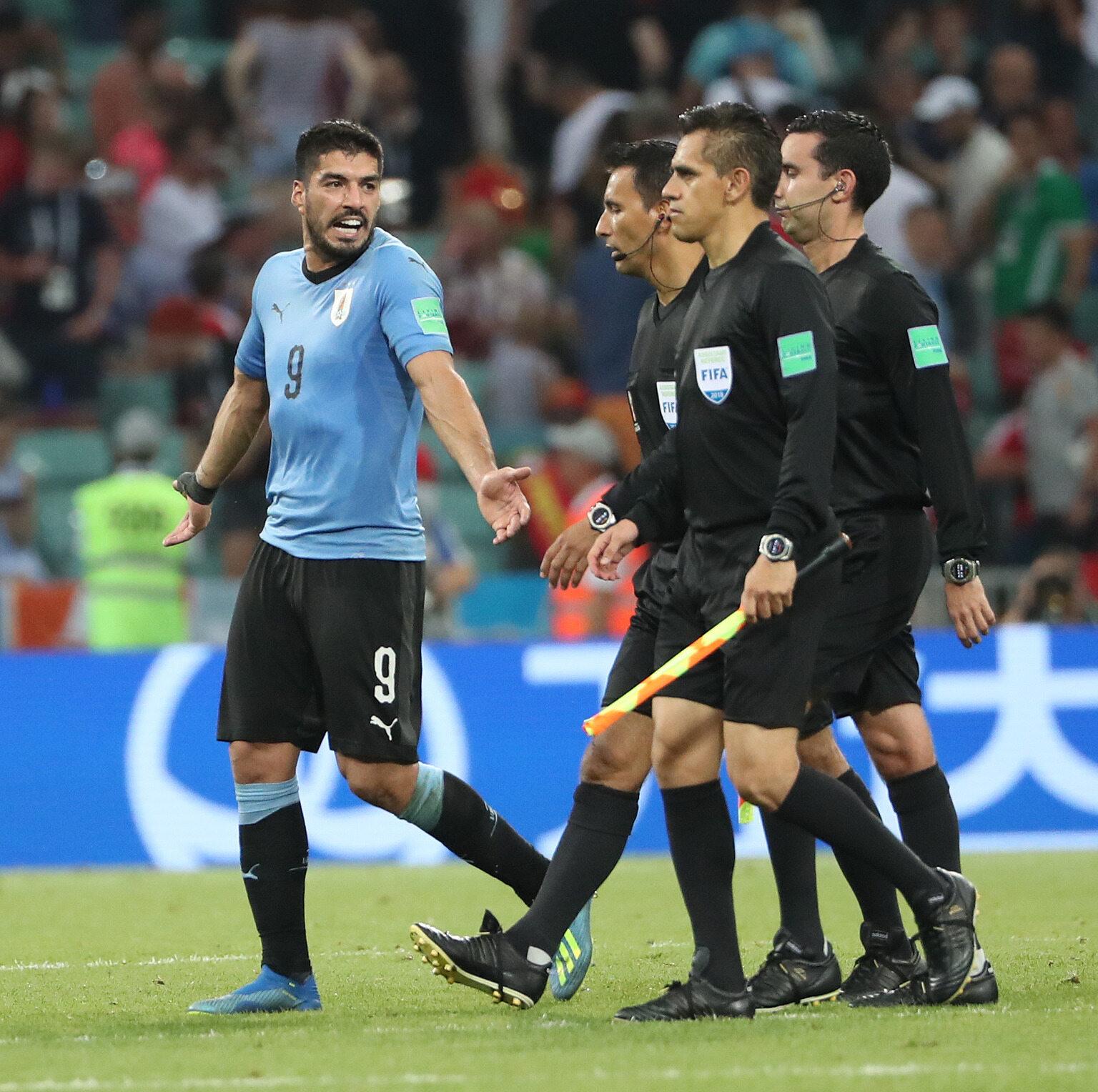Luis Suarez i sędziowie podczas meczu na mundialu
