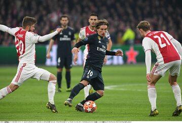Luka Modrić otoczony przez zawodników Ajaksu Amsterdam