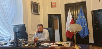 Łukasz Szumowski w swoim gabinecie