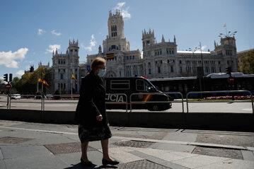 Madryt. Kobieta w masce ochronnej