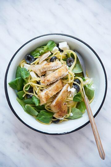 Makaron kukurydziany z kurczakiem, fetą, oliwkami i roszponką czyli lekki obiad na upały
