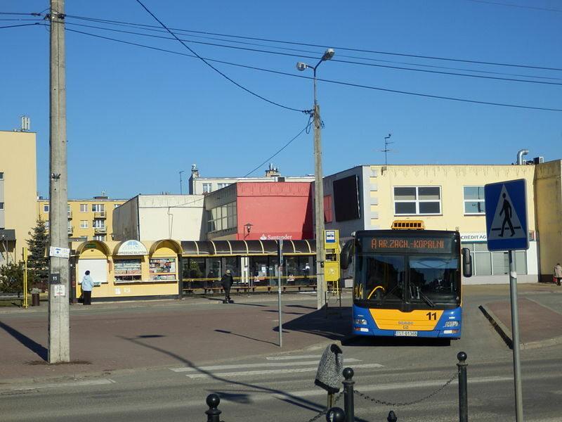 MAN Lion's City #11 należący do MZK Starachowice na linii nr A w kierunku Starachowic, na pętli przy Alejach Niepodległości w Skarżysku-Kamiennej.