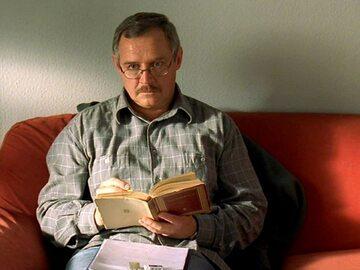 """Marek Kondrat jako Adam Miauczyński w filmie """"Dzień Świra""""  (2002, reż. Marek Koterski)"""