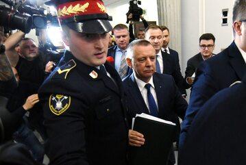 Marian Banaś w asyście Straży Marszałkowskiej i dziennikarzy