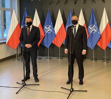 Mariusz Błaszczak i Andrzej Duda podczas wspólnego wystąpienia prasowego