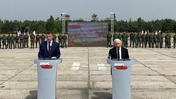 Mariusz Błaszczak i Jarosław Kaczyński na tle żołnierzy ogłaszają zakup czołgów Abrams