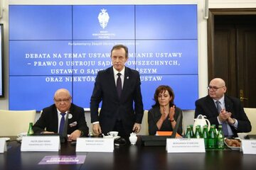 Marszałek Senatu Tomasz Grodzki w trakcie debaty dotyczącej ustaw sądowych
