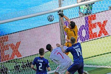 Martin Dubravka strzelający gola samobójczego w meczu z Hiszpanią