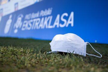 Maseczka na tle loga Ekstraklasy