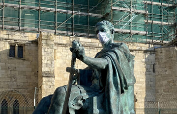 Maseczka ochrona na posągu Konstantyna I Wielkiego w mieście York