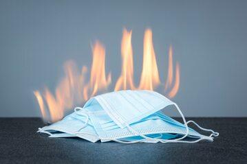 Maseczka w płomieniach ognia, zdjęcie ilustracyjne