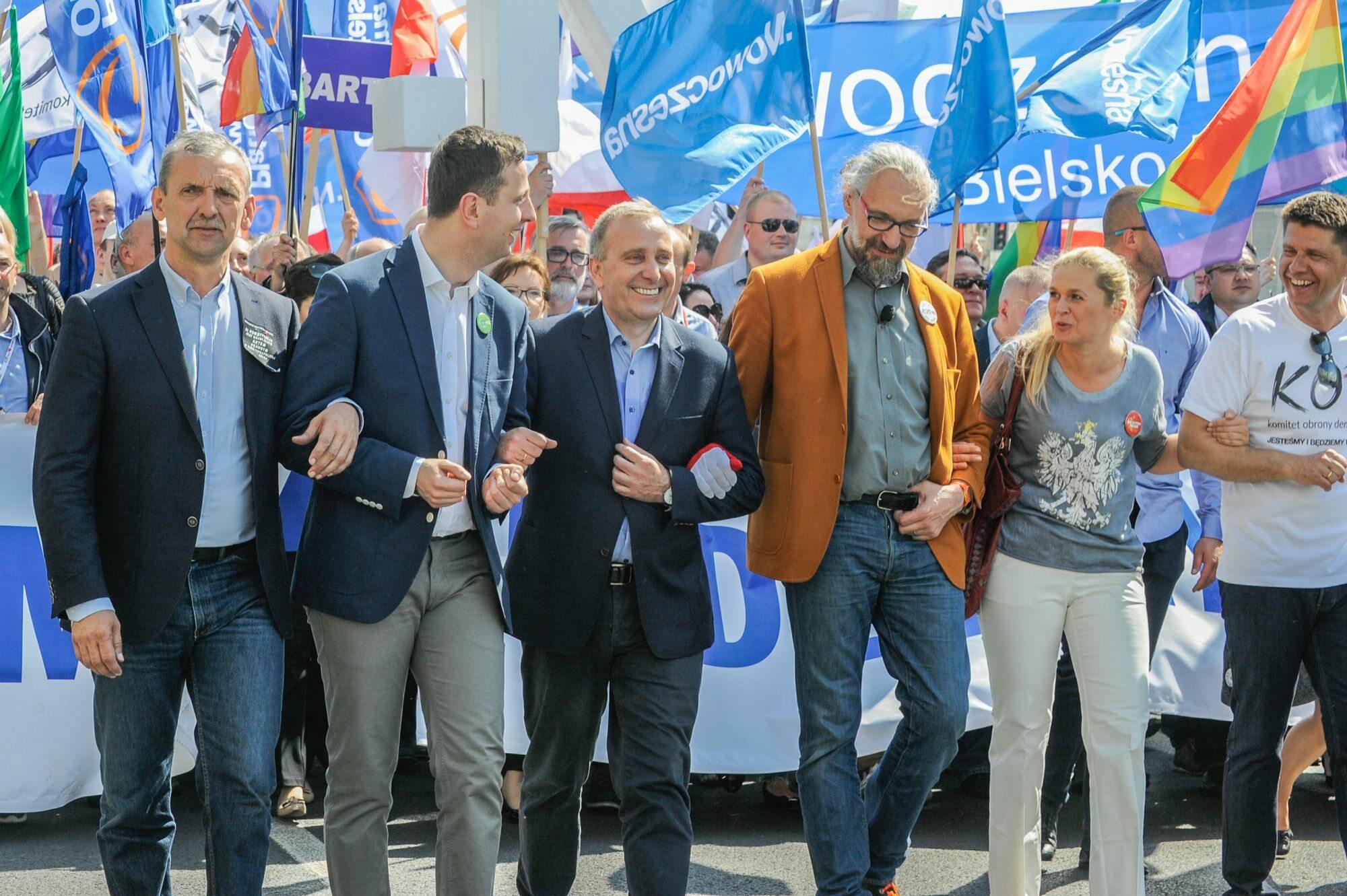Mateusz Kijowski i liderzy opozycji podczas marszu 7 maja