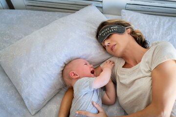Matka i budzące ją kilkukrotnie w ciągu nocy niemowlę, zdjęcie ilustracyjne