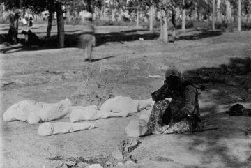 Matka i ciała jej pięciu dzieci - ofiar ludobójstwa Ormian