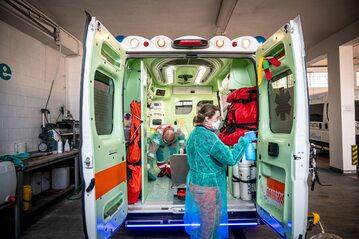 Mediolan. Karetka do przewozu pacjentów z podejrzeniem COVID-19