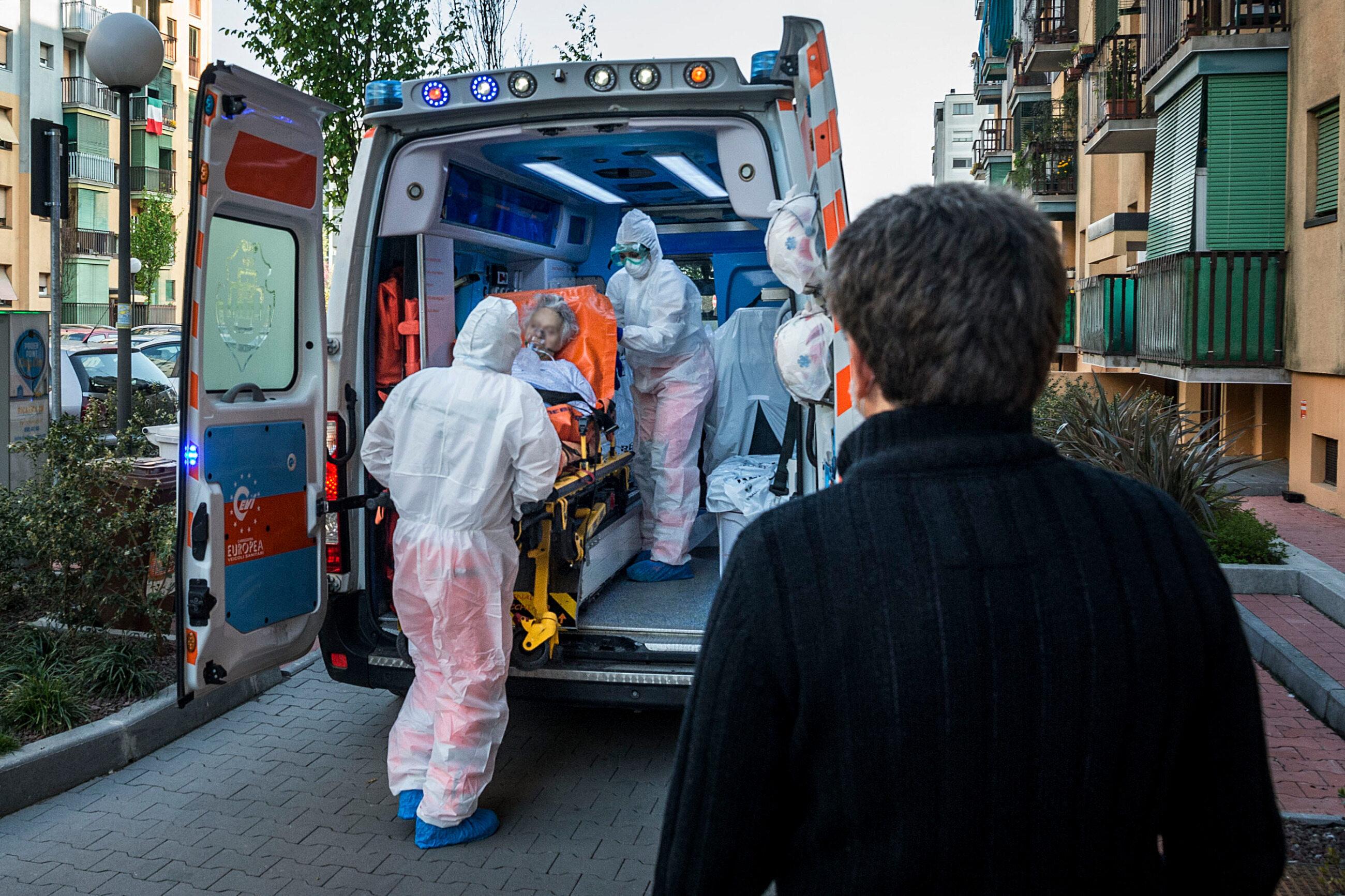 Mediolan. Ratownicy transportują do szpitala chorą osobę