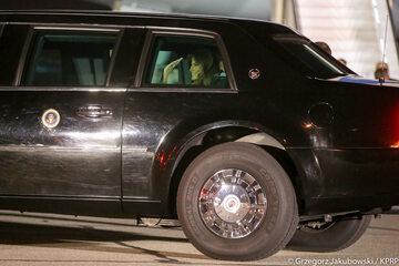 Melania Trump machająca do Warszawiaków z wnętrza limuzyny