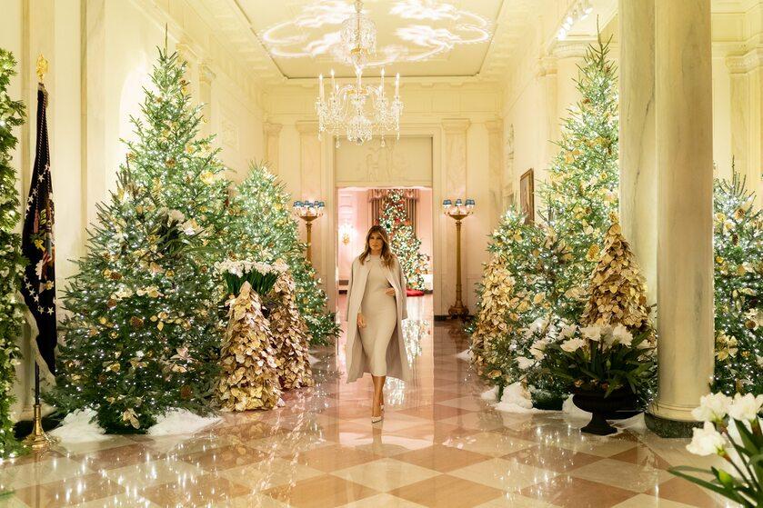 Melania Trump wśród choinek w Białym Domu