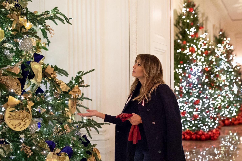 Melania Trump wśród świątecznych dekoracji w Białym Domu