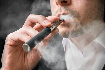 Mężczyzna korzystający z e-papierosa, zdjęcie ilustracyjne