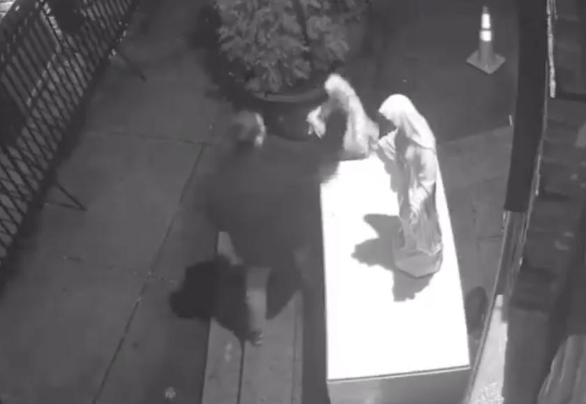 Mężczyzna, który zniszczył rzeźby przy kościele w Nowym Jorku
