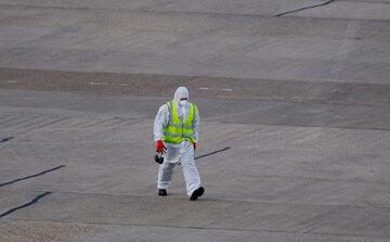 Mężczyzna odkażający tereny lotniska podczas epidemii koronawirusa