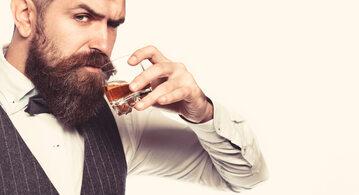 Mężczyzna pijący whisky