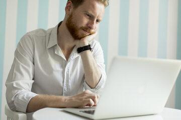 Mężczyzna przy laptopie (zdj. ilustracyjne)