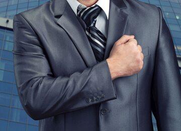 Mężczyzna trzymający rękę na sercu (zdj. ilustracyjne)