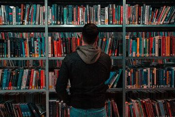 Mężczyzna w bibliotece, zdjęcie ilustracyjne