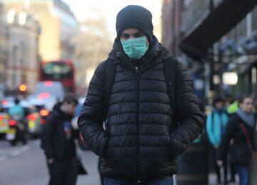Mężczyzna w masce mającej chronić go przed koronawirusem