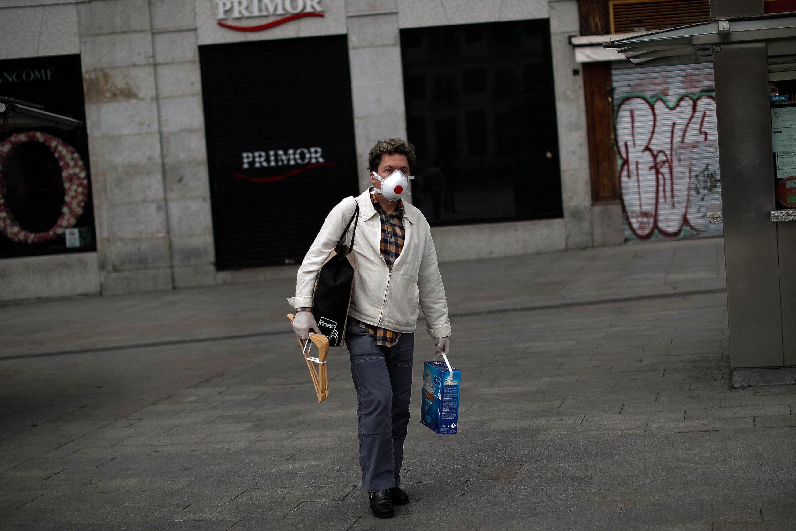 Mężczyzna w masce na ulicy Madrytu