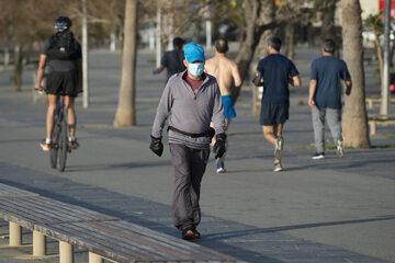 Mężczyzna w maseczce na ulicach Barcelony