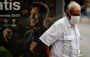 Mężczyzna w maseczce na ulicach Madrytu