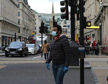 Mężczyzna w maseczce na ulicy w Londynie