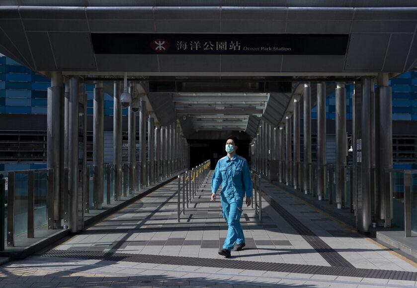 Mężczyzna w maseczce w Hongkongu