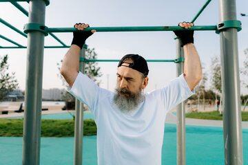 Mężczyzna w średnim wieku podczas ćwiczeń