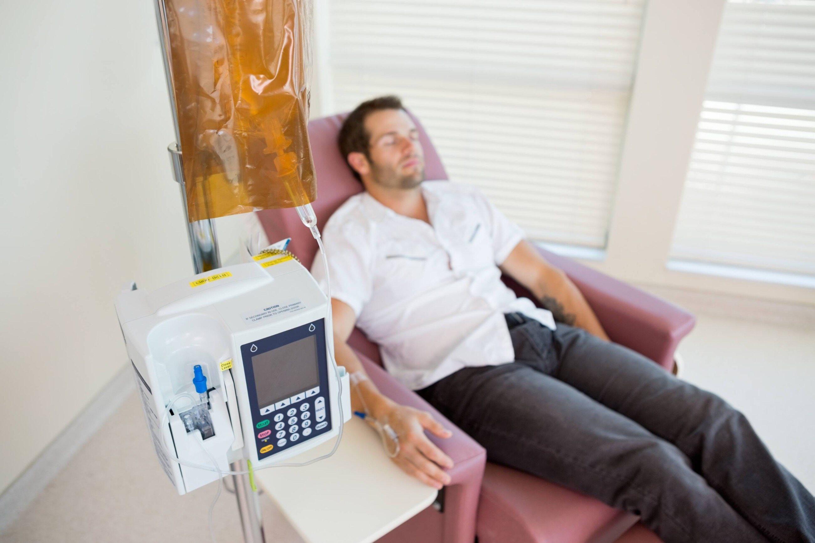 Mężczyzna w trakcie leczenia onkologicznego