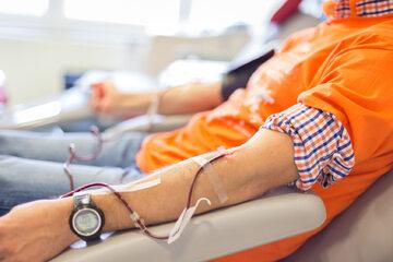 Mężczyzna w trakcie oddawania krwi