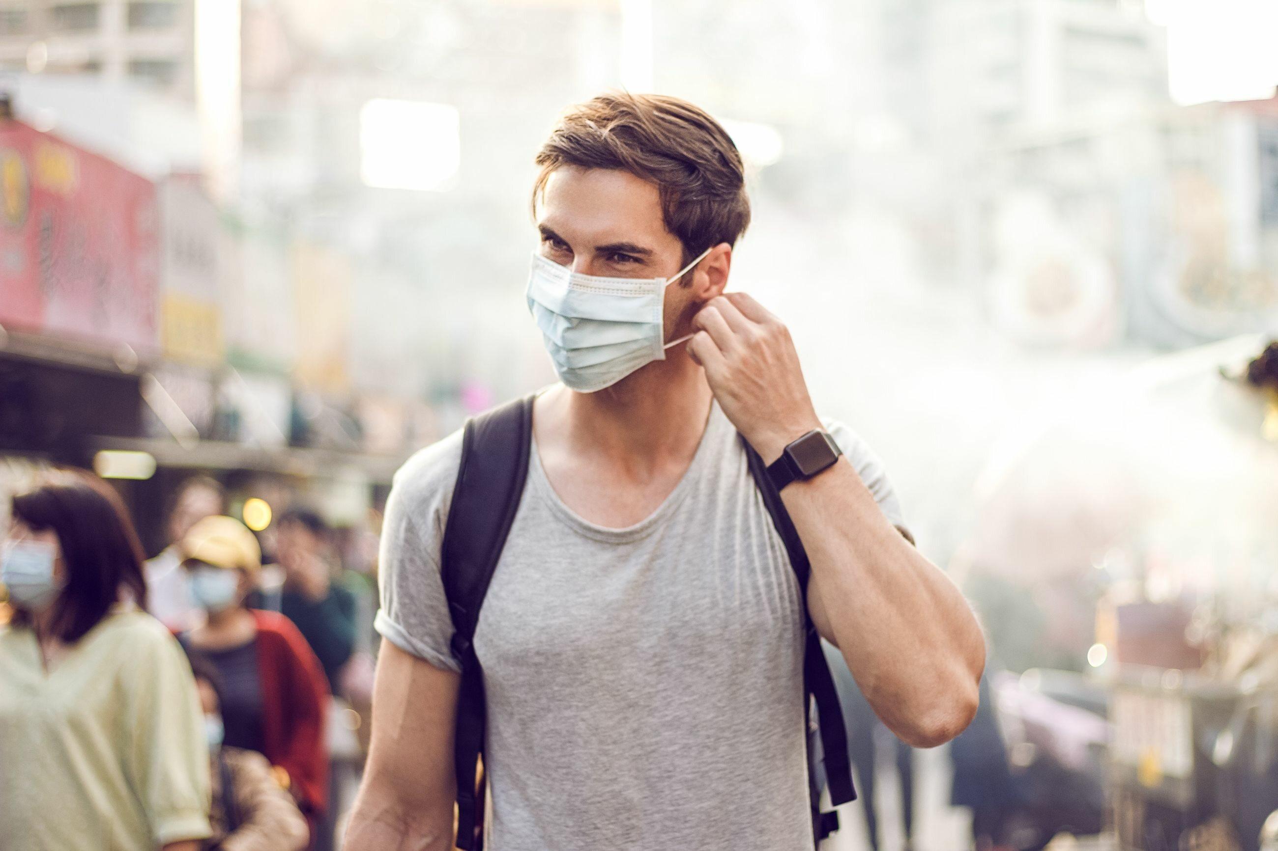 Mężczyzna z masce na ulicy