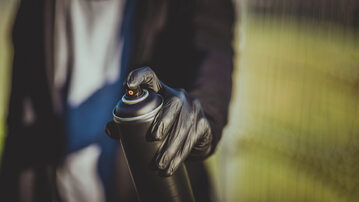 Mężczyzna ze sprayem, zdjęcie ilustracyjne