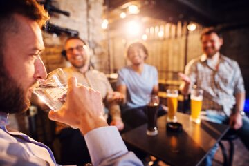 Mężczyźni w barze