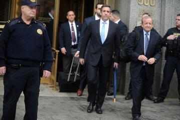 Michael Cohen (w środku, błękitny krawat)