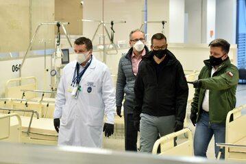 Michał Dworczyk, Mateusz Morawiecki i Adam Niedzielski na terenie Szpitala Narodowego