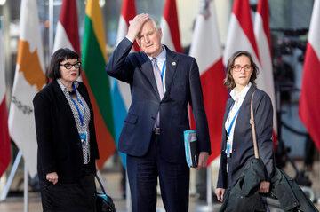 Michel Barnier, negocjator z ramienia UE w sprawie Brexitu (w środku), w towarzystwie Sabine Weyand (z lewej) i Stephanie Riso