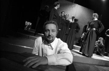 """Mieczysław Morański w trakcie próby do spektaklu """"Brat naszego Boga"""", 2006 rok"""