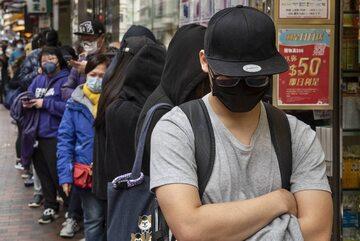 Mieszkańcy Hongkongu w kolejce po maski zabezpieczające przed wirusem