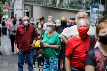 Mieszkańcy Sao Paulo czekający na szczepienie, zdjęcie ilustracyjne